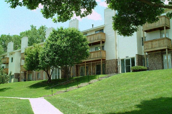 105pdf/Camelot_Village_Omaha_Building_on_hill.jpg