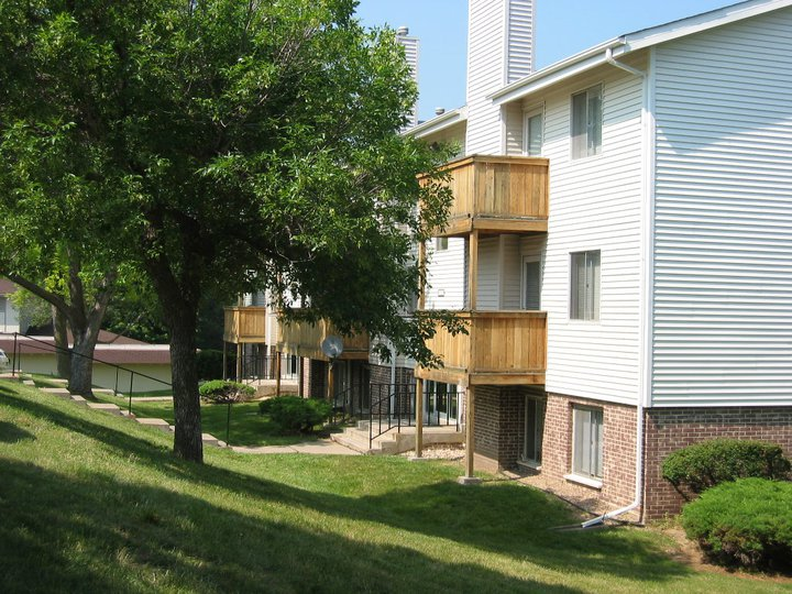 105pdf/Camelot_Village_Omaha_Building_with_balcony.jpg